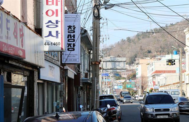목포 근대역사문화 공간 내 거리에 손 의원의 측근들이 매입해 운영하는 '창성장'의 간판이 보인다. 연합뉴스