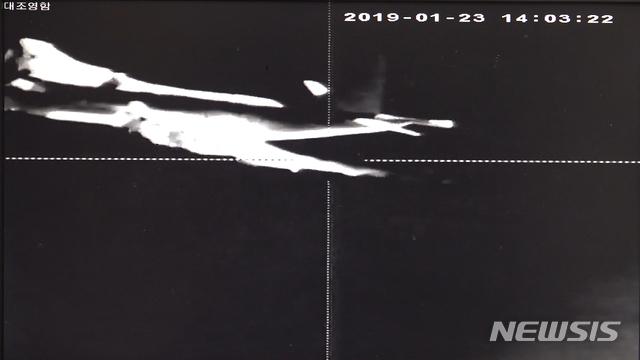 【서울=뉴시스】 국방부는 24일 오후 일본 P-3 초계기의 저고도 근접 위협 비행 모습과 당시 레이더에 탐지된 정보 등이 담긴 사진 5장을 공개했다. 오후 2시3분 일본 초계기가 우리 해군 대조영함 약 540m 거리까지 근접 비행하는 것을 열영상장비로 촬영한 사진. (국방부 제공)