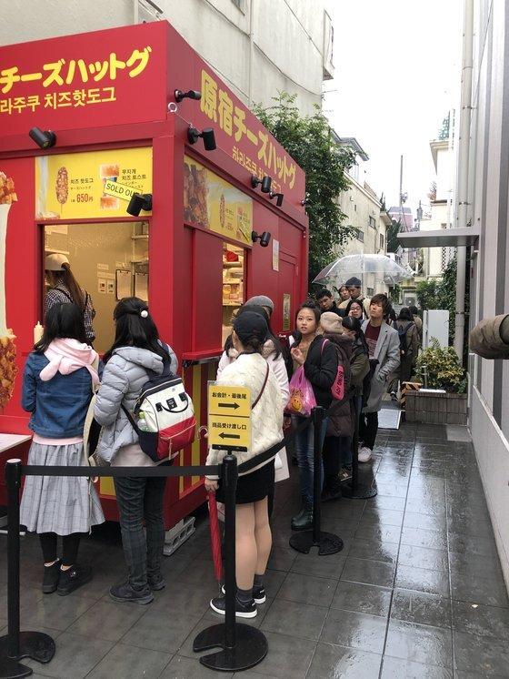 지난 해 12월 22일 도쿄 하라주쿠의 한국식 치즈 핫도그 매장앞에 줄을 선 인파들. 서승욱 특파원