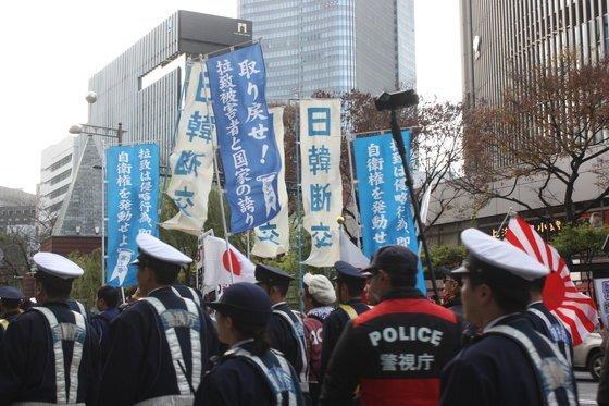 지난 해 12월 9일 일본 우익세력이 도쿄 번화가인 긴자(銀座)에서 욱일기(旭日旗) 등과 함께 '일한(日韓) 단교' 등이 적힌 플래카드를 들고 혐한(嫌韓) 시위를 하고 있다. [연합뉴스]