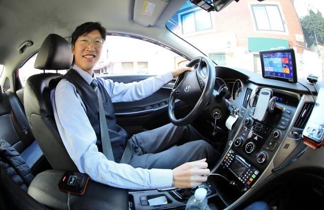 택시기사로 나선 이충신 기자. 사진 정용일 기자