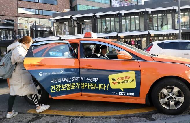 택시기사로 나선 이충신 기자가 손님을 맞고있다. 사진 정용일 기자