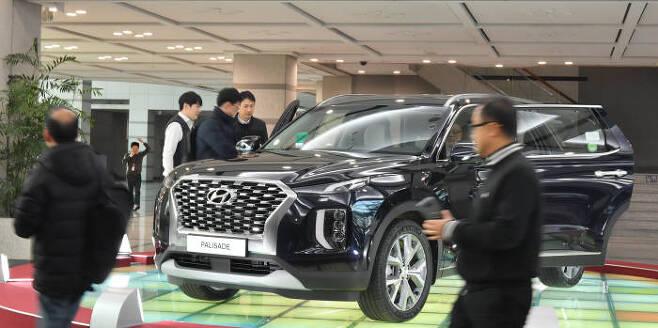 서울 양재동 현대·기아차 사옥에서 방문객들이 신차 팰리세이드를 살펴보고 있다. (전자신문 DB)