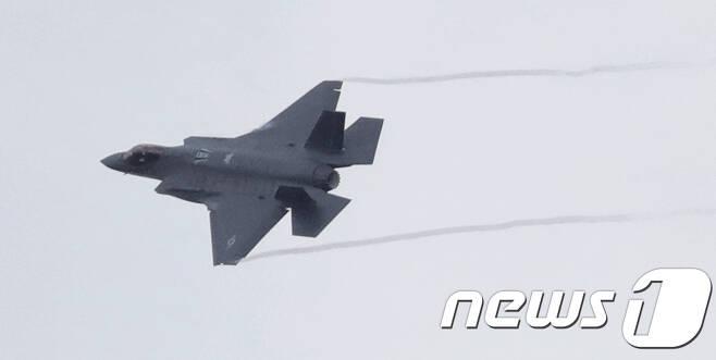 4일 전북 군산시 미 공군기지에서 실시된 한미연합 공중훈련(Vigilant ACE)에서 F-35 스텔스 전투기가 훈련을 하고 있다.2017.12.4/뉴스1 © News1 문요한 기자