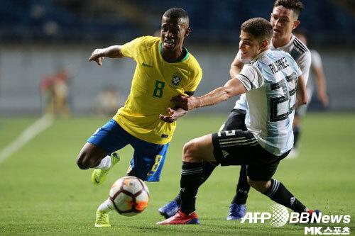 브라질(왼쪽)은 2회 연속 U-20 월드컵 본선 진출에 실패했다. 아르헨티나(오른쪽)는 남미 예선을 통과하며 통산 7번째 우승에 도전한다. 사진(칠레 랑카과)=ⓒAFPBBNews = News1