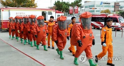 화학보호복 입고 실전 같은 훈련 [연합뉴스 자료사진]