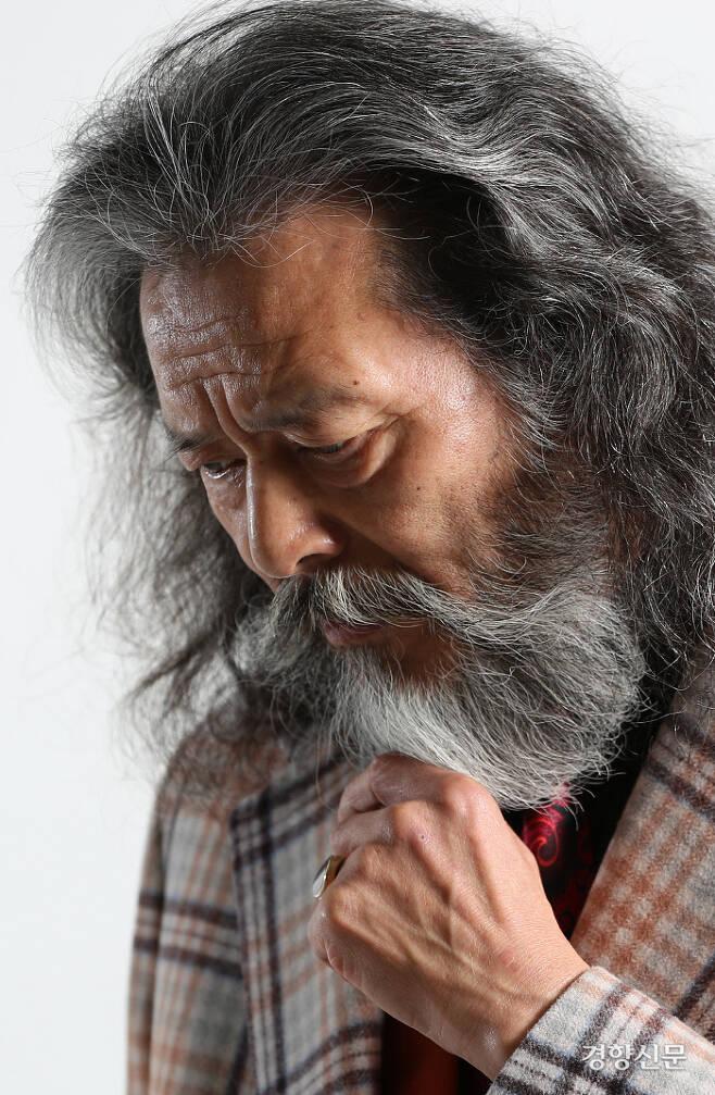 자유분방하게 헝클어진 긴 머리와 수염은 김칠두씨의 트레이드마크이다. 김정근 선임기자