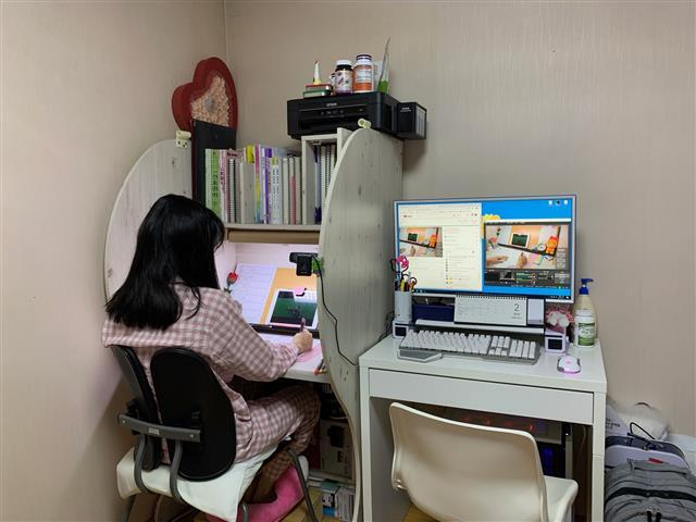 '공시생 안나'라는 이름의 유튜브 채널을 운영하는 윤수진씨가 생방송을 진행하며 공부를 하고 있다.  윤수진씨 제공