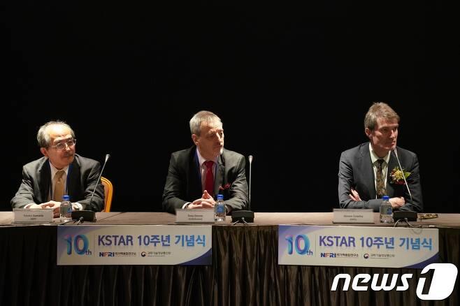 유타카 카마다 일본 QST 나카 핵융합연구소 부소장,(왼쪽) 토니 도네 유로퓨전 프로그램 매니저(가운데), 스티븐 코울리 미국  PPPL 소장(오른쪽)이  지난 20일 한국 기자들과 인터뷰를 하고 있다.  © 뉴스1
