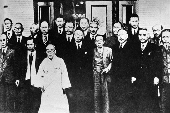 1945년 12월 중국에서 돌아온 대한민국 임시정부 요인들이 김구의 거처이자 임정 청사로 쓰였던 서울 경교장에서 기념 촬영을 하고 있다. 앞줄 왼쪽 네 번째가 김구 주석이다.대한민국임시정부기념사업회 제공