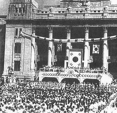 1948년 8월 15일 대한민국 정부 수립 선포식 장면. 초대 대통령 이승만은 새 정부의 연호를 '대한민국 30년'이라고 밝혀 대한민국의 시작이 상하이 임시정부가 세워진 1919년이라는 점을 분명히 했다.서울역사편찬원 제공