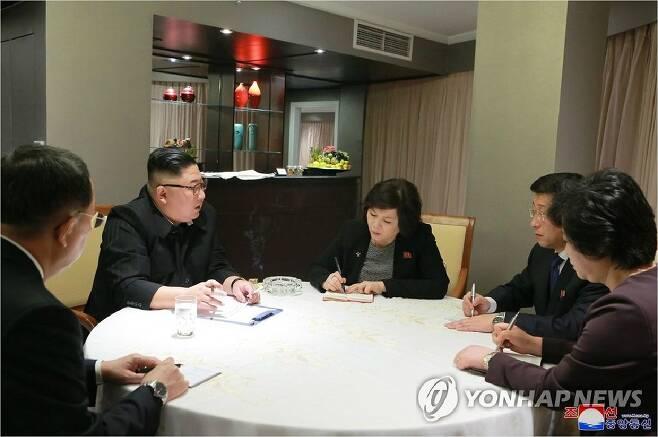 김정은 북한 국무위원장이 26일 베트남 하노이에 도착해 실무대표단의 보고를 받았다고 조선중앙통신이 27일 보도했다 (사진=하노이 조선중앙통신, 연합뉴스 제공)