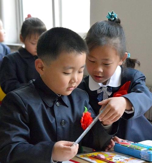 (평양 교도=연합뉴스) 2014년 평양 시내 한 소학교에서 교복을 입은 신입생들이 대화하고 있다.