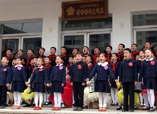 (평양 조선중앙통신=연합뉴스) 2013년 평양 광복소학교 입학식에서 학생들이 합창하고 있다.