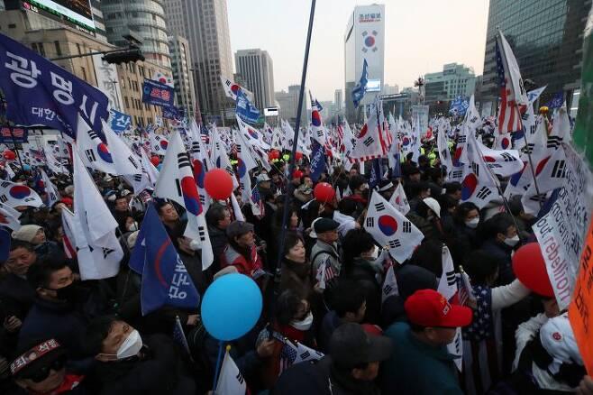 1일 오후 서울 광화문광장에서 박근혜 전 �통령 탄핵에 반발하는 보수단체 회원들이 거리 행진을 하고 있다. (사진=연합뉴스)