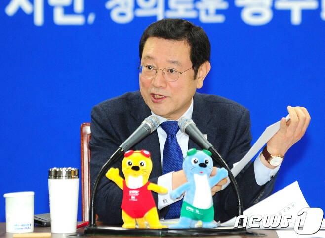이용섭 광주시장이 26일 확대간부회의에서 달빛동맹 강화를 주문하고 있다 © 뉴스1