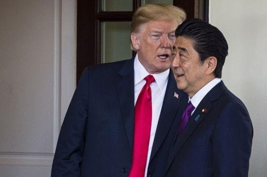 미국 백악관에서 지난 2018년 6월 7일 방미 중인 아베 신조 일본 총리가 도널드 트럼프 미 대통령과 귓속말을 나누고 있다. <사진=EPA연합>