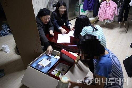 이영호 서울특별시 한부모가족지원센터장이 꿈틀박스를 전달하며 직접 구성물품을 설명하고 있다./사진=서울시 제공