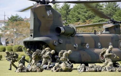 일본 육상자위대-영국 육군, 일본서 공동훈련 (시즈오카 교도=연합뉴스) 2일 일본 육상자위대와 영국 육군이 일본 후지(富士)산 인근 훈련장에서 공동훈련을 실시하고 있다. 육상자위대가 일본 국내에서 미군 이외의 군대와 공동훈련을 하는 것은 이번이 처음이다. 2018.10.2 bkkim@yna.co.kr