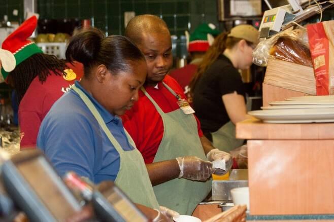 파네라 케어스 매장에서 직원들이 일하고 있다. /사진=panera cares 홈페이지