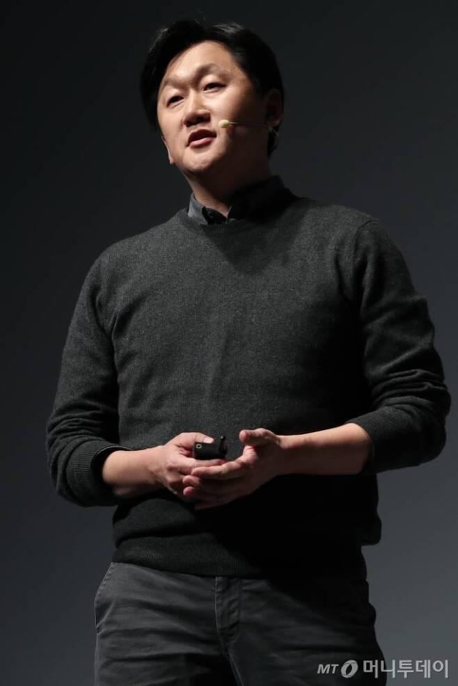 김광현 네이버 서치앤클로바 리더가 5일 그랜드 인터컨티넨털 호텔에서 '네이버 AI 콜로키움 2019'를 열고 지난해 진행된 AI 핵심 기술 연구 성과와 해당 기술이 적용된 국내외 서비스에 대해 발표하고 있다. /사진제공=네이버