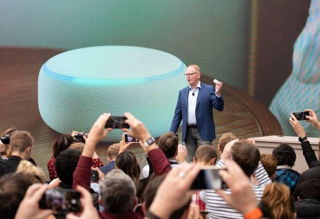 아마존 기기 담당 수석 부사장 데이브 림프가 지난해 9월 20일 미 시애틀에서 아마존의 스마트스피커 에코 닷을 공개하고 있다. /AFPBBNews=뉴스1