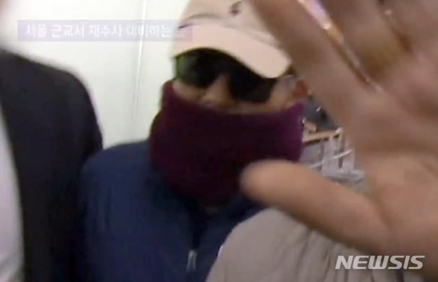 【서울=뉴시스】이영환 기자 = '별장 성접대 의혹'을 받고 있는 김학의 전 법무부 차관이 지난 3월22일 밤 인천공항에서 태국으로 출국을 시도하다 법무부 출입국심사대 심사 과정에서 출국을 제지당했다. 사진은 당시 출국을 제지당하고 취재진과 마주한 모습. 2019.03.25.(사진=JTBC 영상 캡쳐) photo@newsis.com