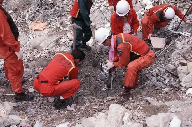 구조대원들이 삼풍백화점 붕괴 현장에서 구조 작업을 벌이고 있는 모습. (사진=서울시 소방재난본부)