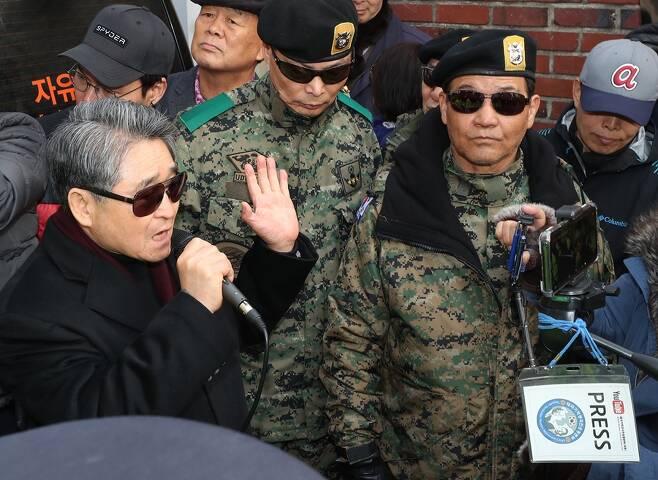 지난 3월 전두환 전 대통령 자택 앞에서 지만원 씨를 비롯한 지지자들이 피켓을 들고 구호를 외치고 있다. (사진=연합뉴스)