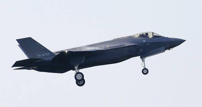 일본 북부 아오모리현 미사와 공군기지에서 2018년 5월 28일 日 항공자위대 소속 최신예 F-35A 스텔스기 1대가 나는 모습. 일 항공자위대의 F-35A 전투기 1대가 지난 9일 오후 아오모리현 인근 태평양 해상에서 훈련 중 레이더로부터 사라져 초계기 등이 수색에 나섰으며, 기체 일부로 추정되는 물질이 발견됐다. /사진=미사와[日 아오모리현] AP/교도통신, 연합뉴스