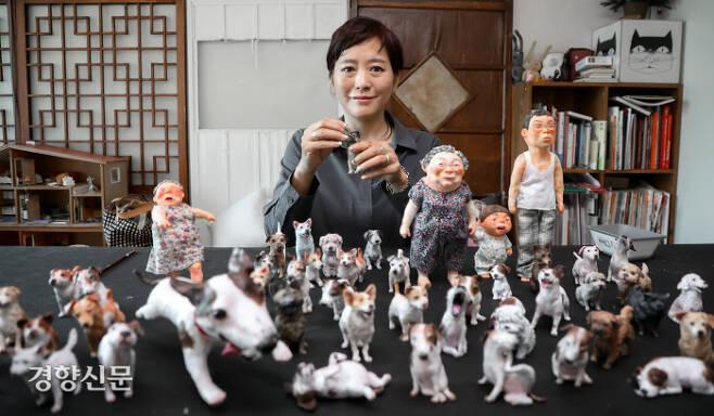서울 용산 구 이촌동의 작업실에서 신작 <나는 개다>를 펴낸 백희나 작가를 만났다. 직접 인형을 만들어 사진으로 찍어 그림책을 만드는 백희나가 인형 하나를 손보고 있다. 이석우 기자 foto0307@kyunghyang.com