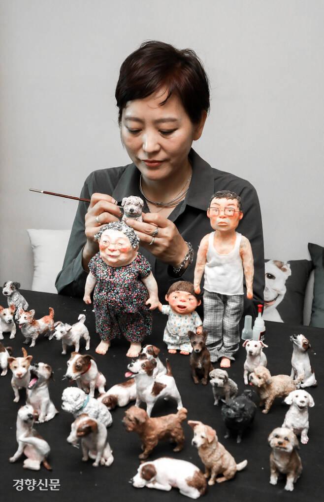 구슬이 엄마  '방울이'의 인형을 손보고 있는 백희나 작가. 이석우 기자 foto0307@kyunghyang.com