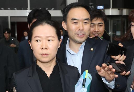 국회 사법개혁특별위원으로 보임된 채이배(오른쪽) 의원과 사임된 권은희 의원이 25일 오후 서울 여의도 국회 본청을 나서고 있다.