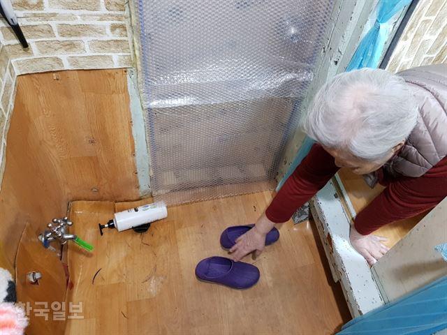 창신동 쪽방촌에 사는 이모(80) 할머니는 도무지 집에서 씻을 엄두가 나지 않는다. 씻을 곳이라곤 쪽방 문 앞 차가운 물 나오는 수도꼭지뿐이다. 이혜미 기자