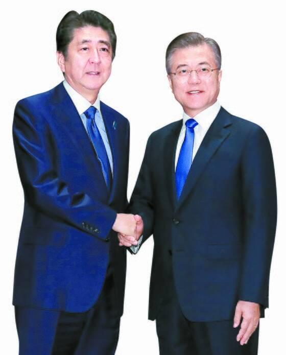 지난해 9월 25일 유엔 총회에 참석하기 위해 뉴욕을 방문한 문재인 대통령과 아베 신조 일본 총리가 파커 호텔에서 만나 악수하고 있다. [뉴욕=연합뉴스]