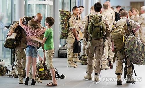 가족과 작별 인사하는 해외 파병 네덜란드군 장병들 [EPA=연합뉴스 자료사진]
