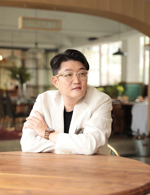 """13년 만에 앨범을 내는 가수 김현철은 """"가사 쓰는 게 제일 어려웠다""""고 말했다. 나이가 들어 경험하고 느낀 건 많아졌지만, 서정적이면서도 함축적으로 표현하는 데 애를 먹어서였다. Fe엔터테인먼트 제공"""