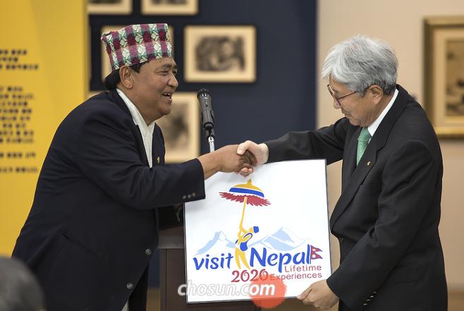 산타 비르 라마(왼쪽) 네팔등산협회 회장과 악수를 하고 있는 이인정 태인 회장. 이 회장은 주한네팔명예영사를 6년간 지냈다. / 속초=이신영 영상미디어 기자