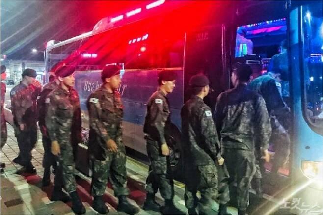 휴식을 만끽하고 임실군이 지원한 '부대 복귀 버스'에 오르는 장병들. (사진=송승민 수습기자)