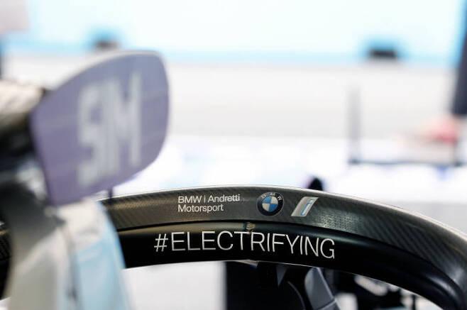 BMW i 안드레티(Andretti) 모터스포츠팀의 포뮬러E 전기 레이스카 BMW iFE.18에 새겨진 #Electrifying 메시지 (제공=BMW코리아)