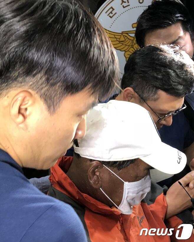 18일 전북 군산의 한 유흥주점에 불을 질러 33명의 사상자를 낸 이모씨(55)가 경찰조사를 마친 뒤 치료를 위해 병원으로 이송되고 있다.2018.06.18 /뉴스1© News1 이정민 기자