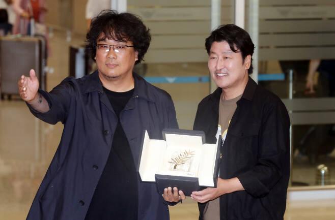 봉준호 감독(왼쪽)과 송강호 배우  경향신문 자료사진