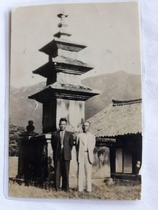 [약산 김원봉(왼쪽)이 1946년 표충사에서 친구와 찍은 사진. 사진=김태영 씨 제공]