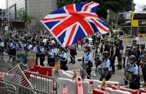 홍콩 정부의범죄인인도 법안 심의에 반대하는 한 시민이 지난 12일 입법회의 청사 앞에서 영국 국기'유니언잭'을 흔들고 있다. AP연합뉴스