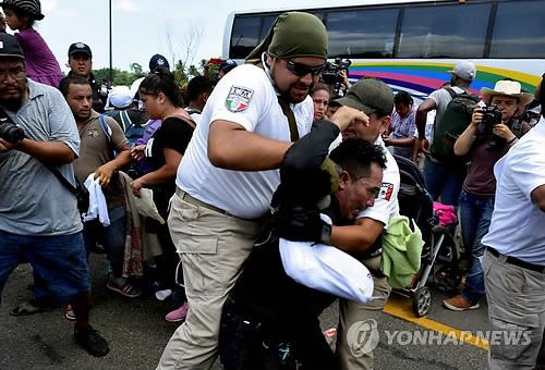 이달 초 멕시코 치아파스주에서 체포되는 미국행 중미 이민자.[멕시코시티 로이터=연합뉴스]
