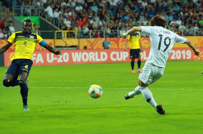 11일 오후(현지시간) 폴란드 루블린 경기장에서 열린 2019 국제축구연맹(FIFA) 20세 이하(U-20) 월드컵 4강전 한국과 에콰도르의 경기. 전반 한국 최준이 선제골을 넣고 있다. [연합]