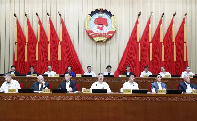 왕양(앞줄 가운데) 중국 인민정치협상회의(정협) 주석이 17일 베이징 인민대회당에서 열린 제13차 정협 전국위원회 7차 개막회의에 참석하고 있다. 정협 위원들은 3일간의 회의에서 산업 구조 개편과 기술 혁신, 인재 확보 등 중국 제조업의 질적 향상을 위한 방안에 대해 논의할 예정이다.     /베이징=신화연합뉴스