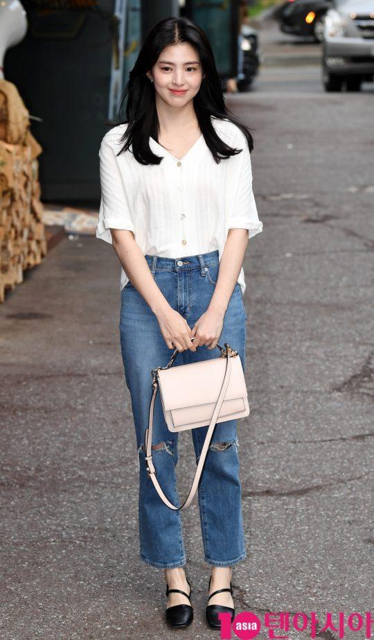배우 한소희가 19일 오후 서울 여의도 한 음식점에서 열린 tvN 월화드라마 '어비스:영혼 소생 구슬' 종방연에 참석하고 있다.