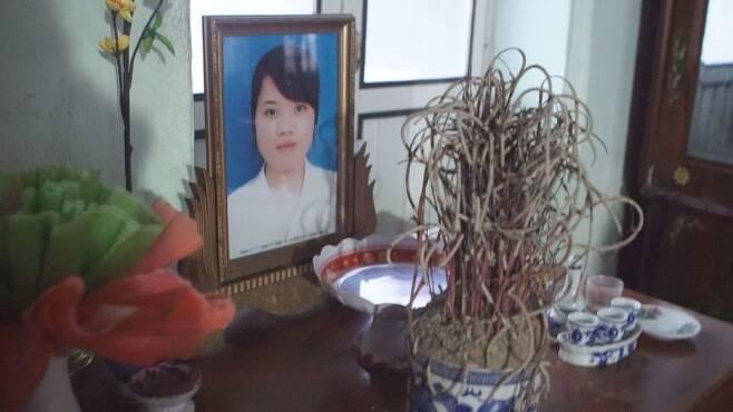 베트남 타이응우옌 삼성전자 공장에서 일하다 숨진 르우티타인떰의 영정 사진. 딸이 떠난 지 3년이 다 되어 가지만 아버지는 여전히 딸의 영정을 붙들고 있다. 조소영 <한겨레티브이> 피디