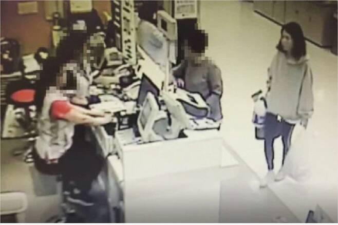 마트 CCTV에 찍힌 범행도구 환불받는 고유정 (사진=연합뉴스)